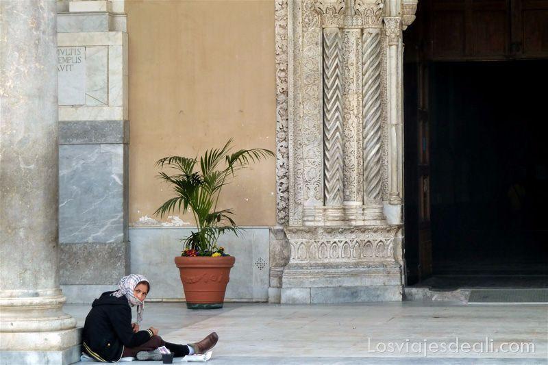 mujer pidiendo limosna en la puerta de la catedral qué ver en Palermo
