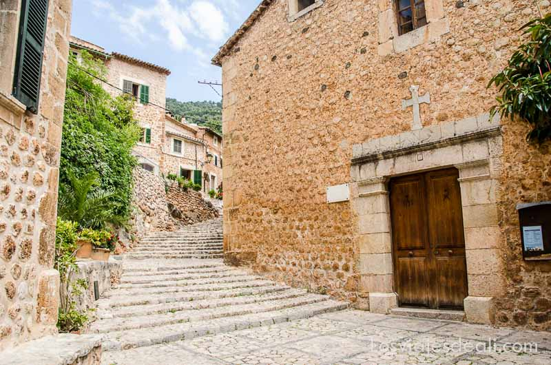 calle con escalones entre casas de piedra en fornalutx ruta por los pueblos de la tramontana
