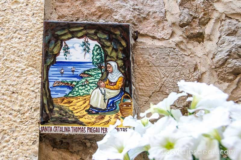 azulejo pintado con escena de mujer frente al mar en valldemossa