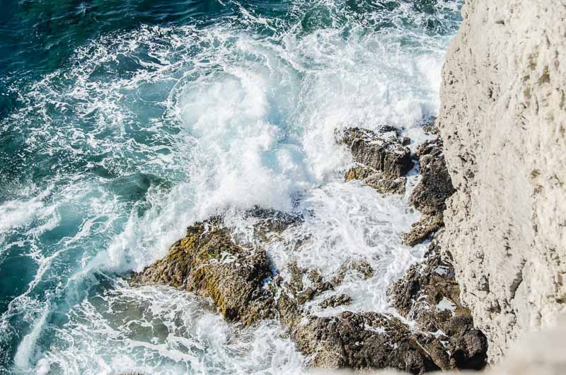olas del mar chocando contra las roca en la base de un acantilado ruta por los pueblos de la tramontana