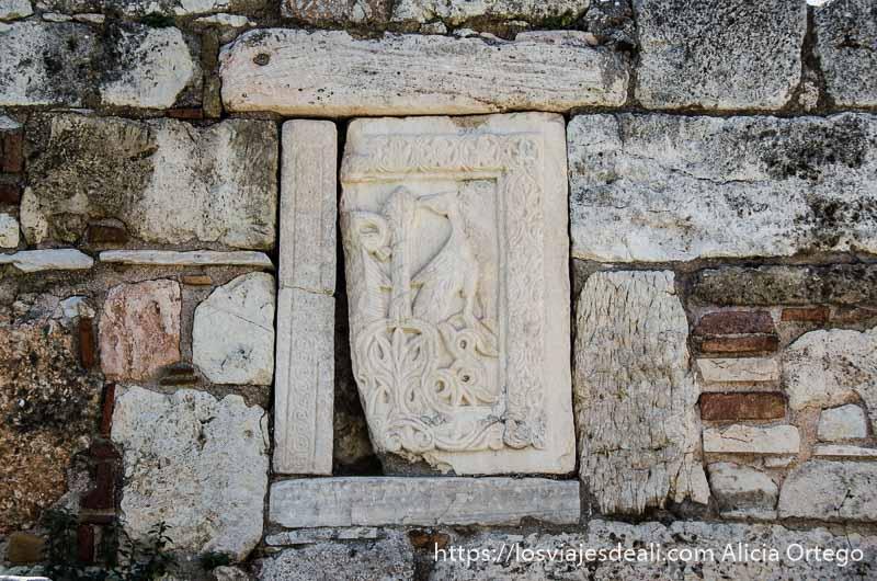 piedra con figura en relieve de antigua tienda del ágora de atenas