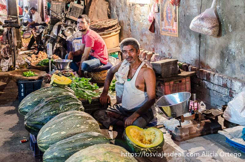 vendedor de verduras sentado en su puesto qué ver en delhi