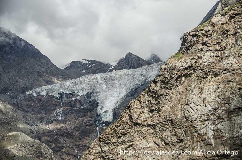 pared de glaciar entre picos de roca con cielo nublado carreteras del himalaya indio