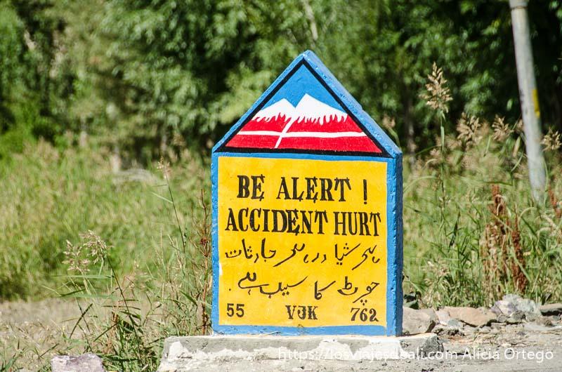 cartel en inglés y árabe con advertencia a conductores entrando en cachemira