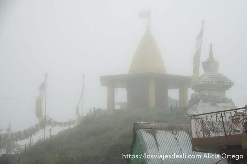 templo budista entre la niebla carreteras del himalaya indio
