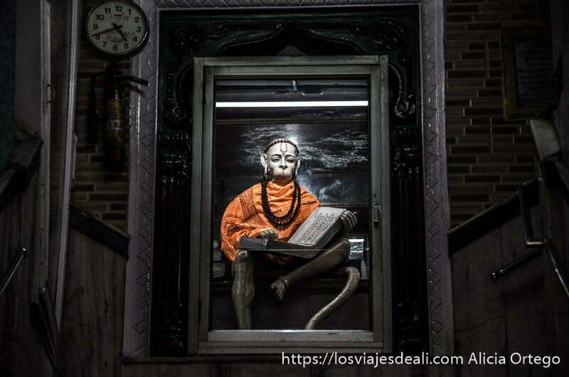 dios hanuman en la escalera de un edificio de haridwar