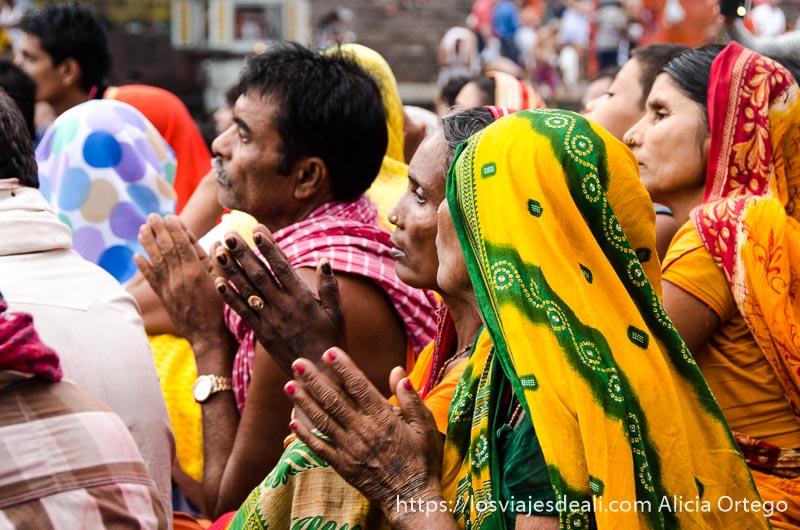 mujeres con saris y manos juntas para rezar en haridwar