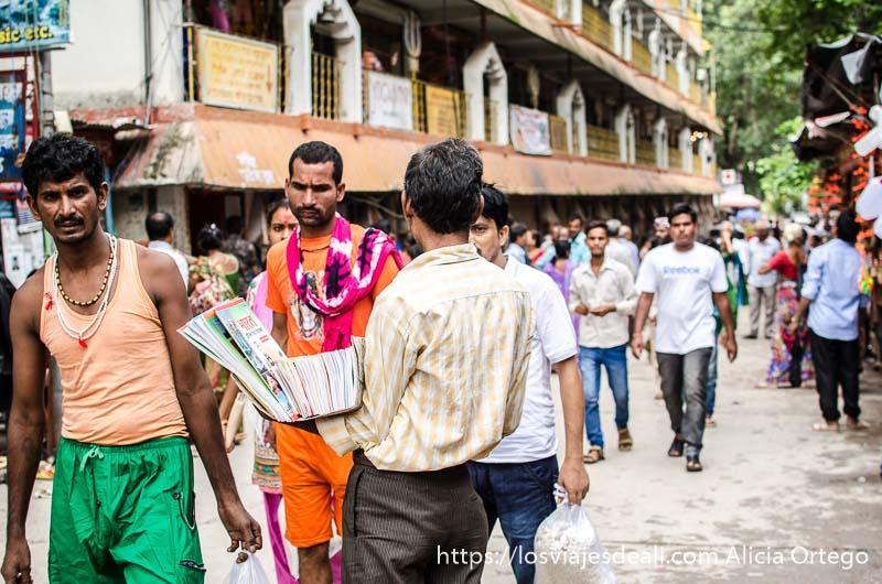 vendedor de periódicos en una calle de rishikesh