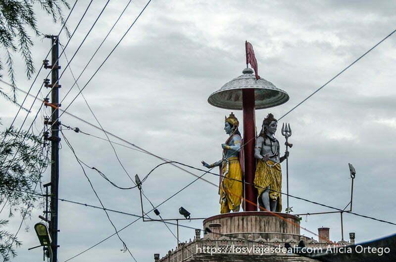 estatuas de shiva entre postes de la luz en rishikesh