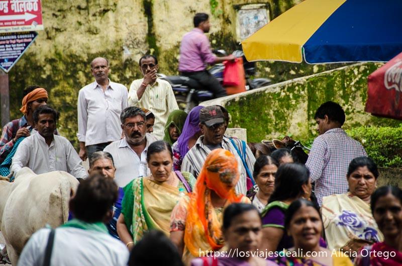 mujeres y hombres bajando por una calle de rishikesh