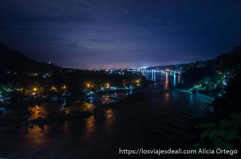 rishikesh en la noche con las luces reflejándose en el río