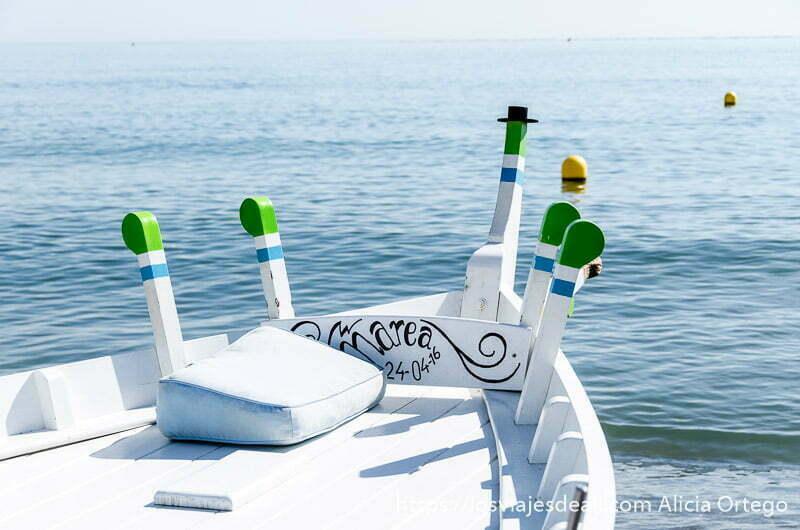 barca pintada de blanco con postes verdes frente al mar un fin de semana diferente en torremolinos