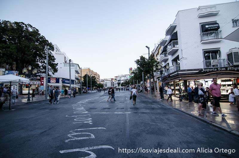 calle del centro de Torremolinos con frases pintadas en la calzada