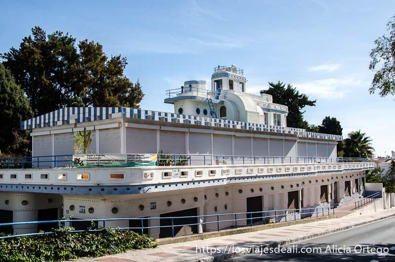 edificio con forma de barco pintado de blanco y azul un fin de semana diferente en Torremolinos