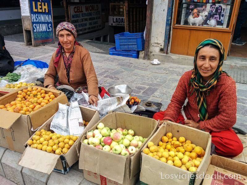 vendedoras de albaricoques en Leh India