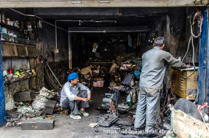 dos hombres en un taller abierto a la calle qué ver en manali