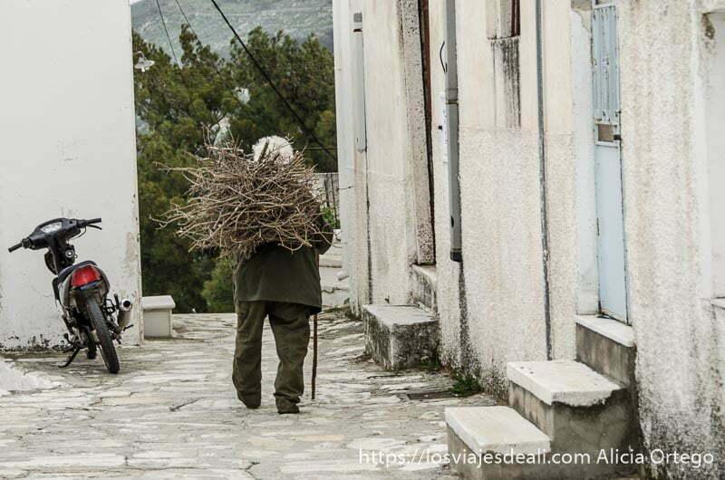 anciano llevando leña pueblos del interior de naxos