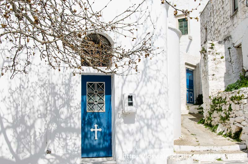 puerta azul con cruz blanca en pared también blanca pueblos del interior de naxos