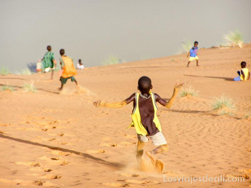 niños corriendo duna abajo en Gao