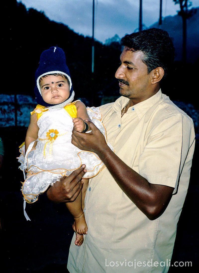 nuestro chófer con su bebé en la reserva de periyar