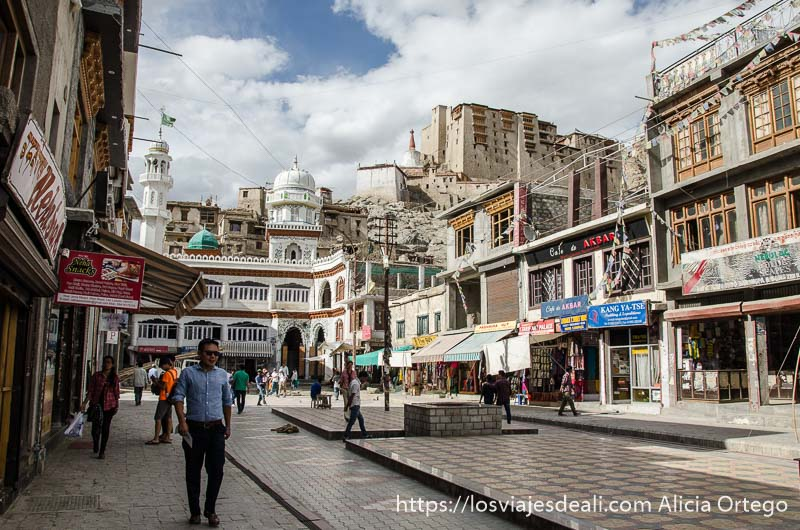 plaza principal de Leh con la mezquita al fondo