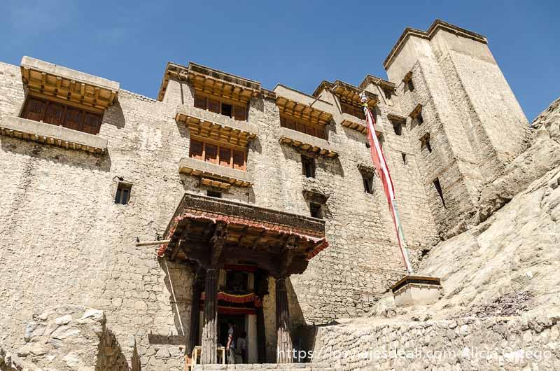 palacio de Leh con cuatro pisos hecho en adobe con ventanales de madera al estilo tibetano