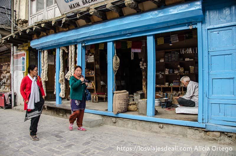 tienda de madera pintada de azul en leh