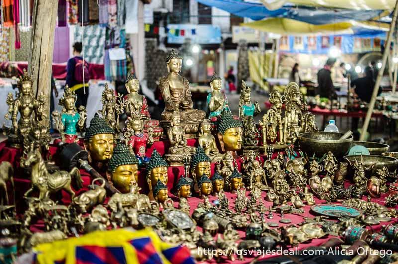 puesto de artesanías tibetanas en mercadillo de refugiados en Leh