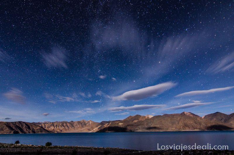 lago pangong bajo las estrellas