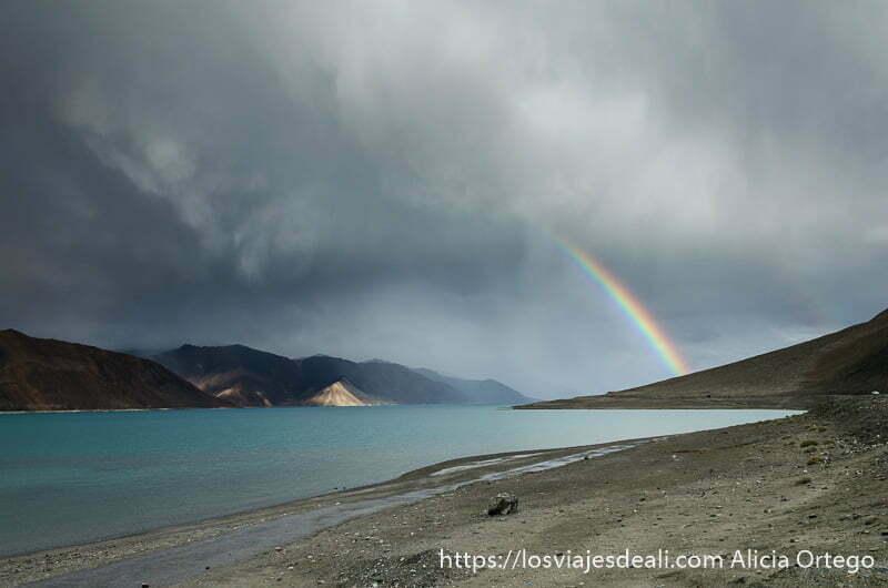 arco iris entre grandes nubes de tormenta sobre el lago pangong