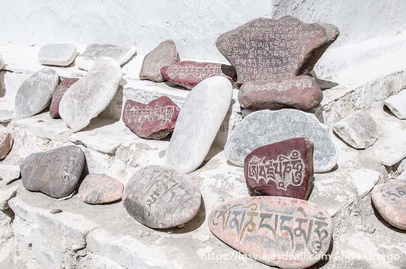 piedras con oraciones grabadas en tibetano al pie de una gompa valle del indo