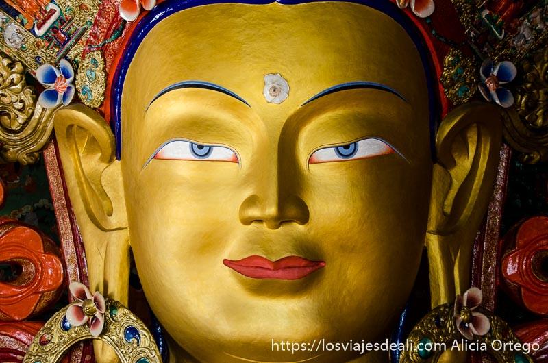 cara de buda pintada de oro con el tercer ojo en la frente hecho con una concha de mar valle del indo