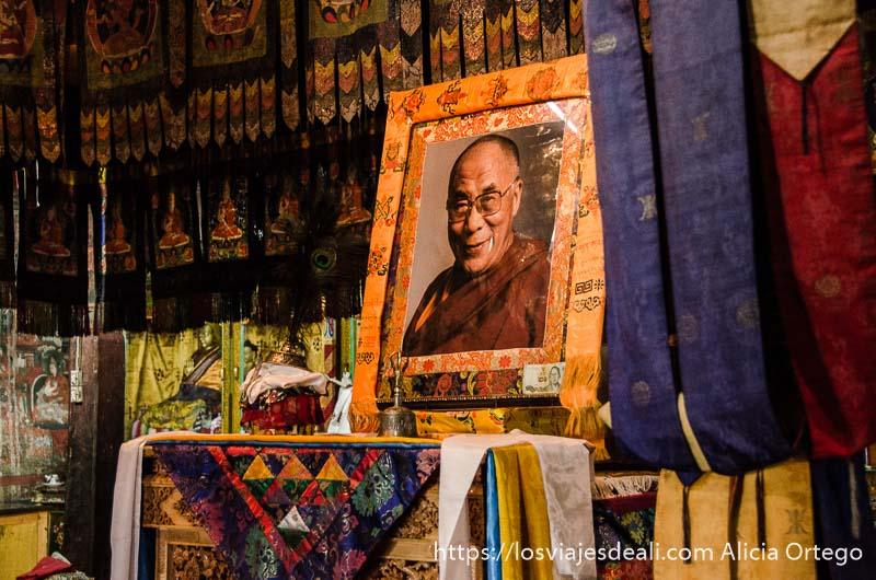 retrato del dalai lama en el monasterio valle del indo