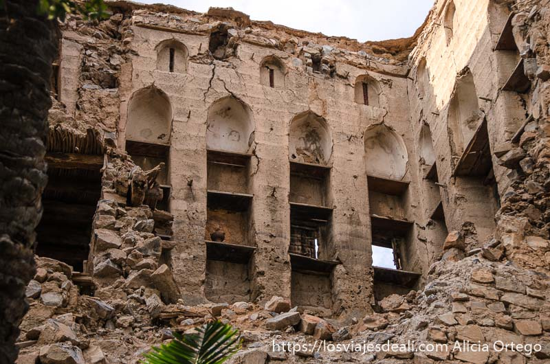 casa antigua de omán en ruinas se ven balcones y hasta 4 pisos cordillera al hajar