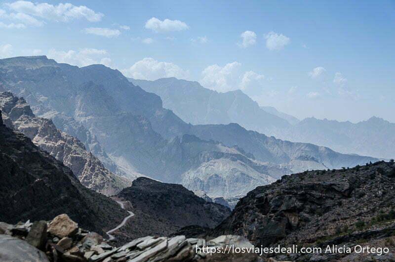 vista de la cordillera de al hajar desde arriba con picos de piedra