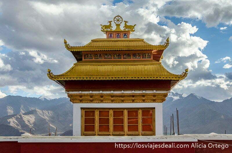templo budista con tejado de oro trekking cerca de leh