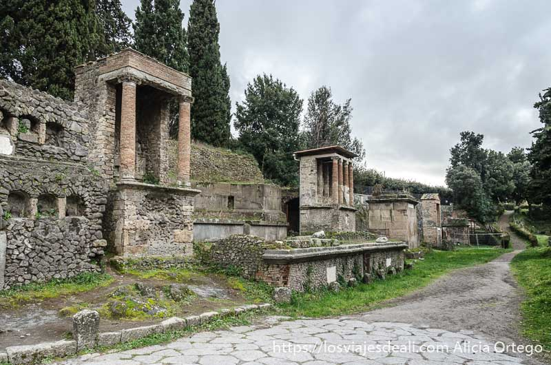 zona del cementerio de pompeya con templetes con columnas