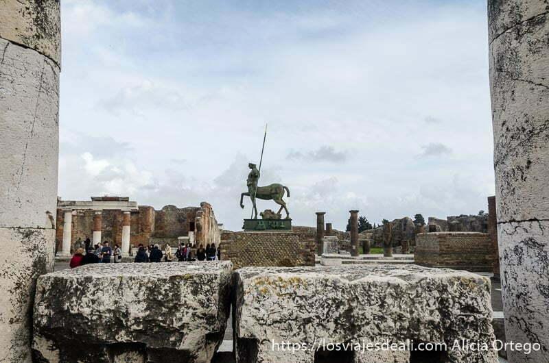 ágora de pompeya con estatua de hombre a caballo en el centro