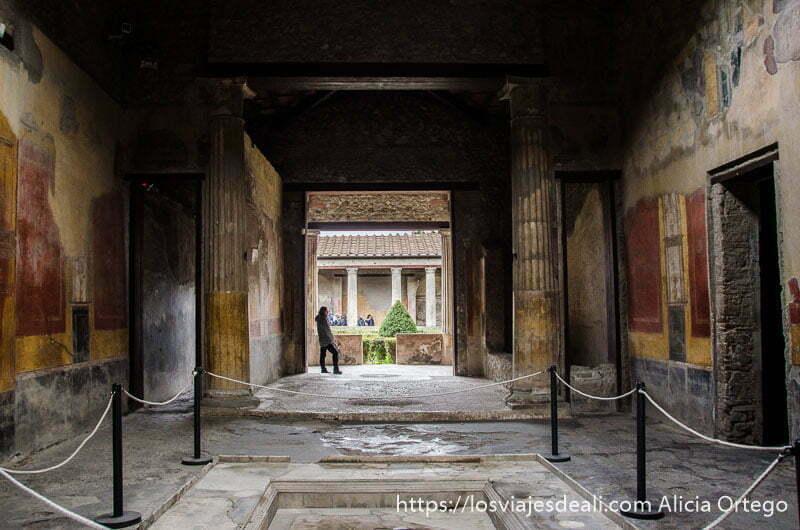 casa con patio con fuente en el centro visita a pompeya