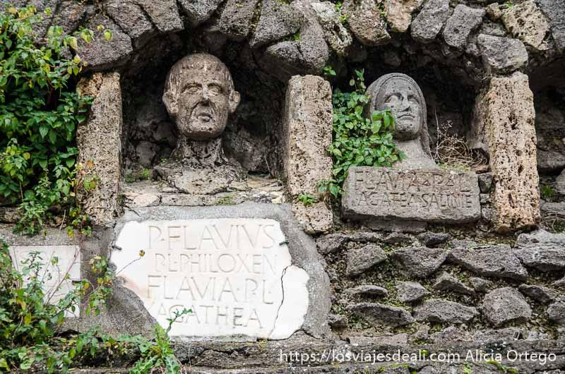 tumba con bustos de los fallecidos visita a pompeya