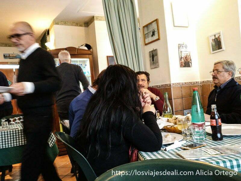 familia comiendo en pizzería de nápoles
