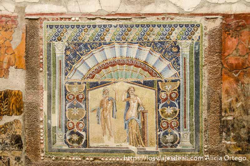 mosaico con escena de dioses y muchos colores visita a herculano