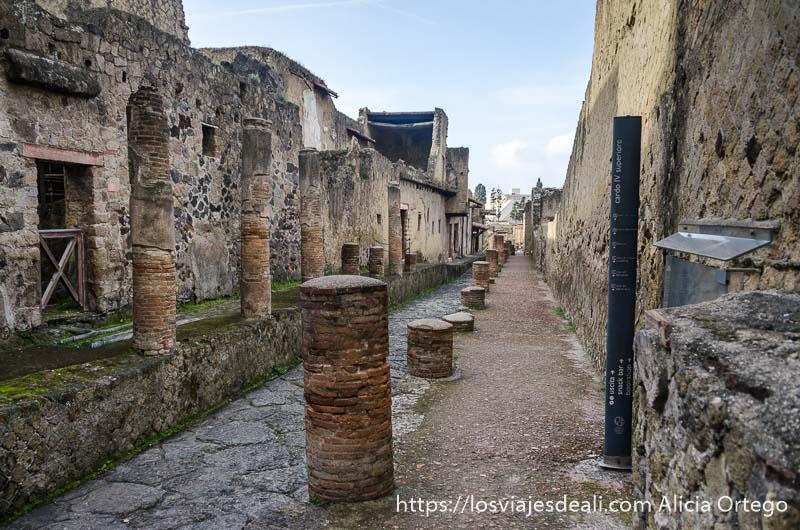 calle con columnas visita a herculano
