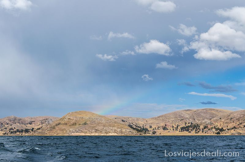 islas del lago titicaca arco iris