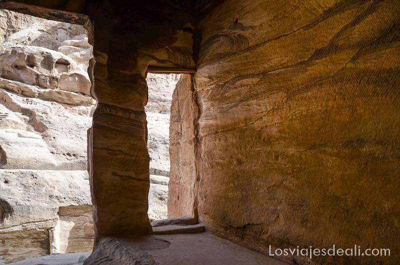 interior cueva pequeña petra