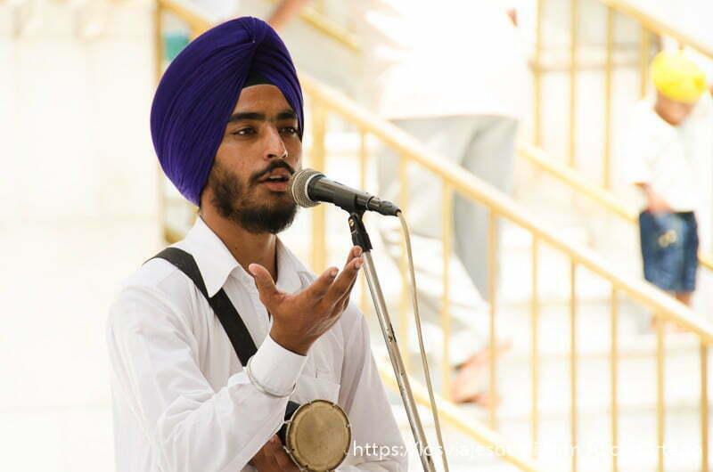 cantante en el templo dorado de los sijs