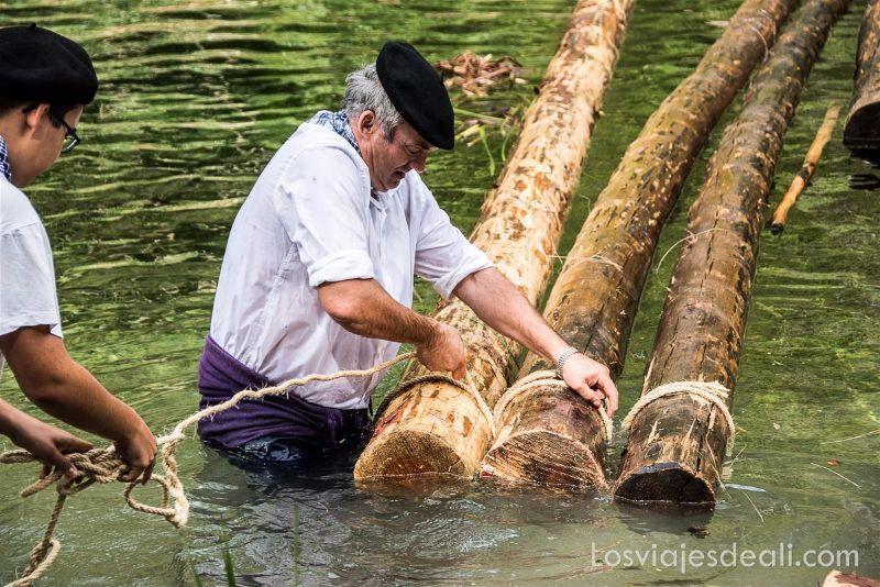 gancheros del Alto Tajo amarrando troncos