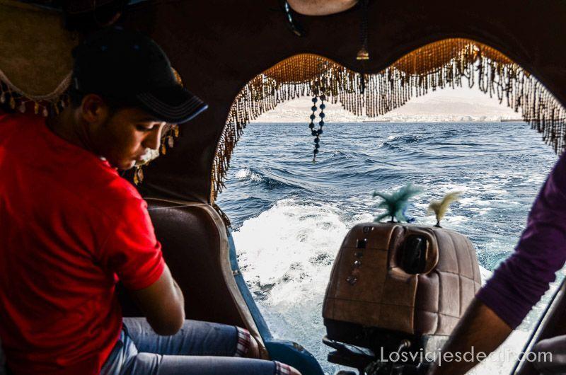 barca en aqaba y mar muerto