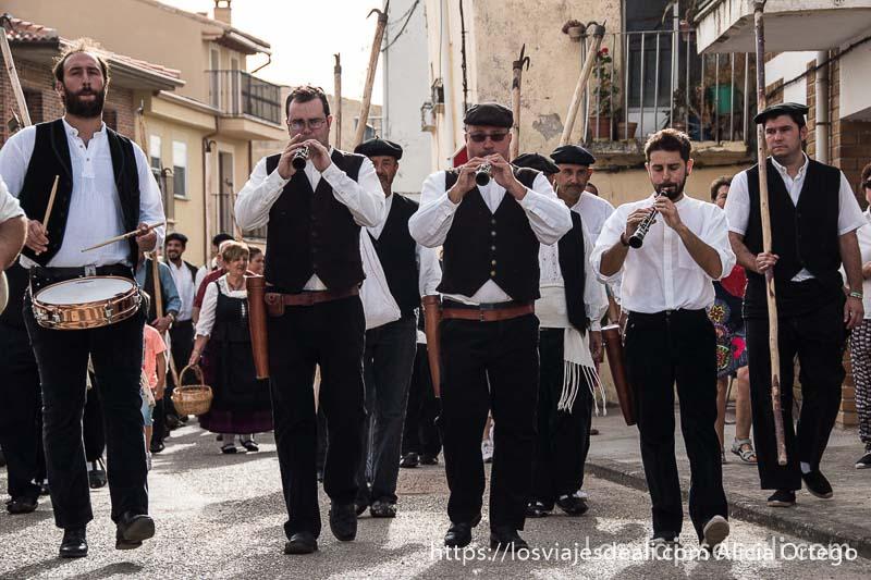 músicos andando hacia la plaza fiesta de los gancheros del alto tajo