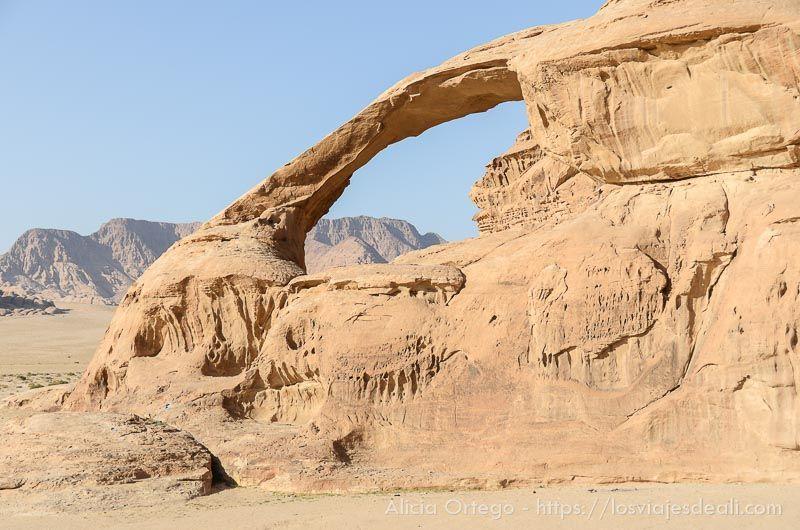 arco de piedra en desierto de wadi rum